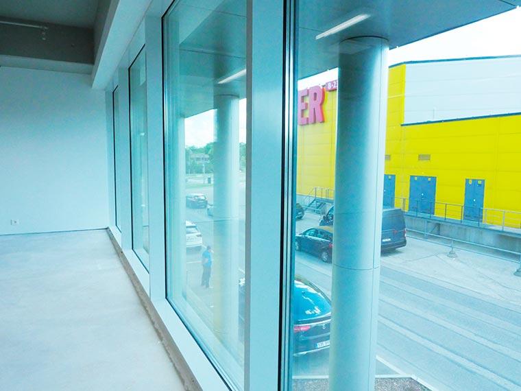 коммерческое помещения с большими окнами