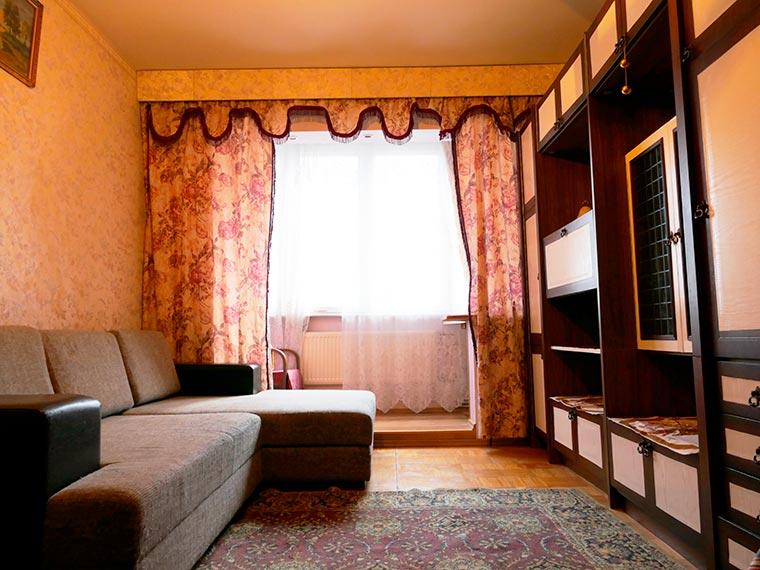 В квартире есть мебель, диван, холодильник.